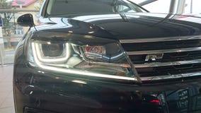 VW Touareg R SUV a mené le détail léger principal photographie stock