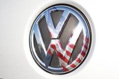 VW/Volkswagen-Logo, US-amerikanische Flagge Lizenzfreie Stockbilder