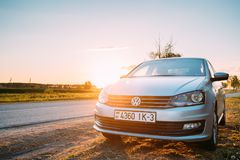 VW Volkswagen Polo Vento Sedan Car Parking nahe Asphalt Country Road lizenzfreie stockfotografie