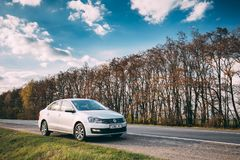 VW Volkswagen Polo Vento Sedan Car Parking près d'Asphalt Road In Photos stock