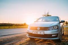 VW Volkswagen Polo Vento Sedan Car Parking vicino ad Asphalt Country Road fotografia stock libera da diritti