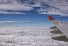 Váyase volando las nubes de los aviones Imagenes de archivo