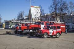 Vyazniki, Russia-marzo 27,2015: Il camion dei vigili del fuoco ha costato (supporto) su area della cattedrale in città Vyazniki,  Immagine Stock