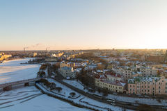 Vyborg śnieżysty z oprawiającą rzeką w świetle powstającego światła Obrazy Royalty Free