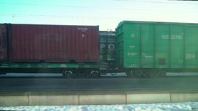 VYBORG, ΡΩΣΊΑ - 24 ΜΑΡΤΊΟΥ 2019: Πλατφόρμα τραίνων φορτίου με το εμπορευματοκιβώτιο φορτηγών τρένων στην αποθήκη φιλμ μικρού μήκους