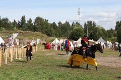 VYBORG, RÚSSIA - 17 DE AGOSTO DE 2013: Foto do competiam equestre dos cavaleiros Foto de Stock