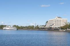 Vyborg, Rosja Wrzesień 03, 2016: Bulwar w mieście Vyborg Cumował statek i budynek w Vyborg, Rosja Obraz Royalty Free