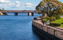 Vyborg, Rosja Wrzesień 03, 2016: Ludzie chodzi na deptaku w lecie w Vyborg, Rosja Obraz Royalty Free