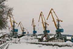 VYBORG, RUSIA el carguero de Kersti en el cargamento en el puerto del cargo de invierno nublado de Vyborg imagenes de archivo