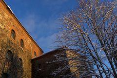 VYBORG, RUSLAND - Januari 5, het Oude kasteel van 2019 van Vyborg op een koude de winter zonnige dag stock afbeelding