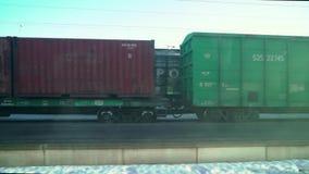 VYBORG, RUSLAND - MAART 24, 2019: Het platform van de ladingstrein met goederentreincontainer bij depot stock footage