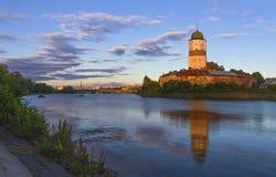 Vyborg slott på en bakgrund av färgrik solnedgånghimmel Arkivbilder