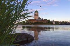 Vyborg slott på en färgrik solnedgånghimmel Royaltyfria Foton