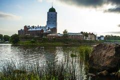 Vyborg Utrzymane cechy średniowieczny miasto St Olaf kasztel, targowy kwadrat, domy i góruje, woda i kamień fotografia stock