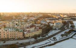 Vyborgpanorama van de stad in de winter van een hoogte, een huis van het sneeuwdak en een bevroren rivier Rusland Vyborg Januari  stock afbeelding