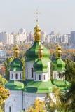 Vydubychi修道院有全景位于基辅 基辅,乌克兰全景  植物园 免版税库存照片