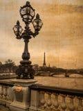 Vykort av Paris i antik blick: historiska kandelaber med Eiffeltorn i bakgrunden Arkivfoto