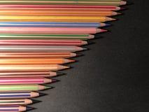 Vykort eller ram med färgpennor, anmärkningspapper på svart bakgrund arkivbilder