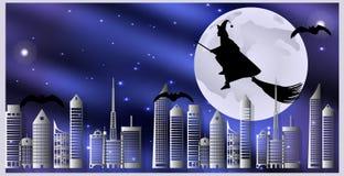 Vykort för allhelgonaafton Häxan på en kvast och slagträn flyger över staden på en månbelyst natt Royaltyfri Fotografi