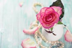 Vykort med den eleganta blomman Royaltyfri Bild