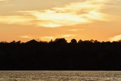 Vykort med en fantastisk solnedgång på en sjö Arkivfoto