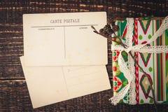 Vykort med julklapp på trätabellen Royaltyfri Foto