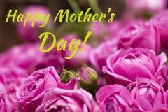 Vykort med purpurfärgade rosor och för moder` s för tecken lycklig dag Bukett av magentafärgade rosor Arkivfoto