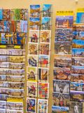 Vykort på en souvenir shoppar i Florence - FLORENCE/ITALIEN - SEPTEMBER 12, 2017 Arkivfoto