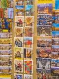 Vykort på en souvenir shoppar i Florence - FLORENCE/ITALIEN - SEPTEMBER 12, 2017 Royaltyfri Bild