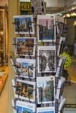 Vykort som är till salu i gatorna av Amsterdam - AMSTERDAM - NEDERLÄNDERNA - JULI 20, 2017 Arkivfoton