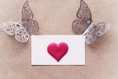 Vykortbakgrund som dekoreras med hjärtor Dekorativt kort för ferien Vanentine dag Romantisk bakgrund för valentindag, arkivbilder