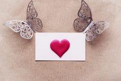 Vykortbakgrund som dekoreras med hjärtor Dekorativt kort för ferien Vanentine dag Romantisk bakgrund för valentindag, arkivfoton