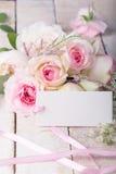 Vykortet med eleganta blommor och tömmer etiketten för din text Arkivbild