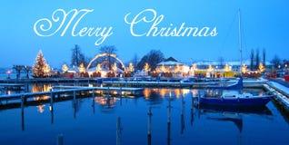 Vykortet med härlig schweizisk jul marknadsför i Schweiz på sjökusten med snö täckte skepp på den blåa timmen vektor illustrationer