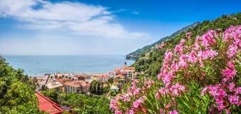 Vykortsikt av den Amalfi kusten, Campania, Italien royaltyfria bilder