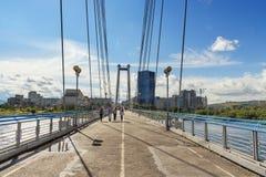 Vynogradovskiy bro över Yeniseiet River Kabel-bliven bro till den Tatyshev ön jul som dekorerar den ity krasnoyarskrussia treen Arkivbilder