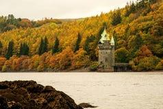 Vyrnwy sjö som anstränger tornet i höst Arkivbilder