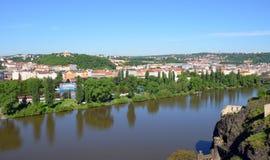从Vysehrad堡垒南部的技巧的看法河的伏尔塔瓦河 免版税库存图片