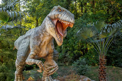 Vyskov, Tsjechische Republiek - 19.8. 2012 - toeristische attractie - realistisch model van grote tyranosaurus rex in wildernis Royalty-vrije Stock Afbeeldingen