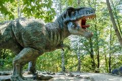 Vyskov, Tsjechische Republiek - 19.8. 2012 - toeristische attractie - realistisch model van grote tyranosaurus rex in wildernis Stock Foto's