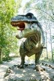Vyskov, Tsjechische Republiek - 19.8. 2012 - toeristische attractie - realistisch model van grote tyranosaurus rex in wildernis Stock Foto