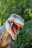 Vyskov, Tsjechische Republiek - 19.8. 2012 - toeristische attractie - realistisch model van grote tyranosaurus rex in wildernis Stock Afbeelding