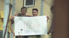 VYSNI LHOTY, ЧЕХИЯ 18-ОЕ ОКТЯБРЯ 2015: Размещение иммигрантов в беженцах лагеря военнопленных проводя плакат пожалуйста помогает  видеоматериал