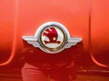 VYSOKE MYTO, ЧЕХИЯ - SEPT. 09 2018 Красный логотип старого автомобиля Skoda Фелиции Историческое красное cabrio Skoda Фелиции авт Стоковое Изображение RF