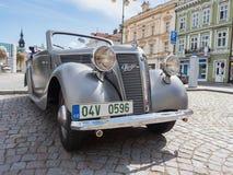 VYSOKE MYTO, REPÚBLICA CHECA - sept. 09 2018 Coche histórico Praga Piccolo, 1938, coche expuesto en el cuadrado en Vysoke Myto imagen de archivo libre de regalías