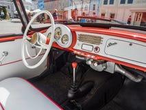 VYSOKE MYTO, REPÚBLICA CHECA - sept. 09 2018 Interior del cuero blanco del coche Praga Piccolo, 1938, coche expuesto del historic fotos de archivo