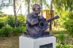 Vysokinichi,俄罗斯- 2018年8月:对诗人Bulat Okudzhava的纪念碑 库存图片