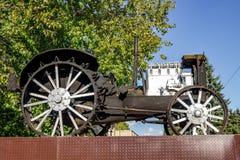 Vysokinichi, Rusia - agosto de 2018: Monumento al primer tractor HTZ imagen de archivo
