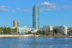 Vysotsky摩天大楼、商业中心Antey和谢瓦斯季亚诺夫房子看法在叶卡捷琳堡,俄罗斯 免版税库存照片