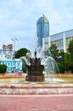 Vysotsky摩天大楼和石头开花喷泉在辛苦正方形在Ekaterinburg,俄罗斯 免版税库存图片